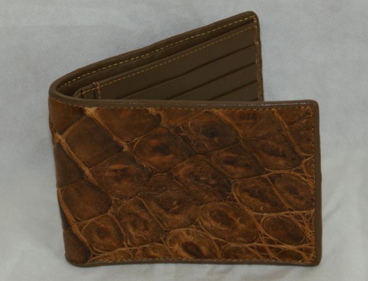 Корчиневый кошелек из крокодиловой кожи.