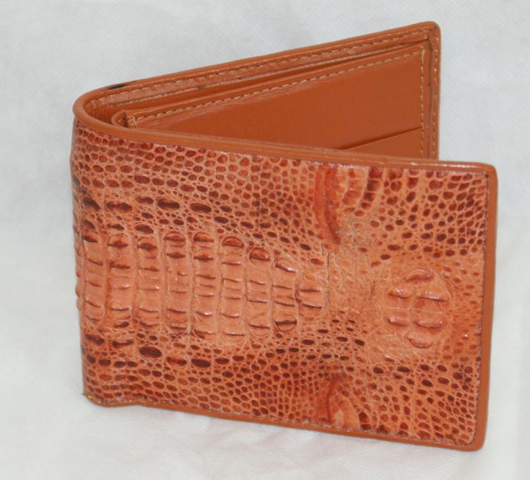 Красно- коричневый кошелек из крокодиловой кожи.